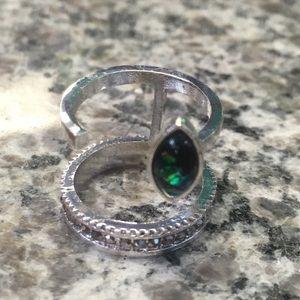 Jewelry - NWOT Beautiful green stone ring